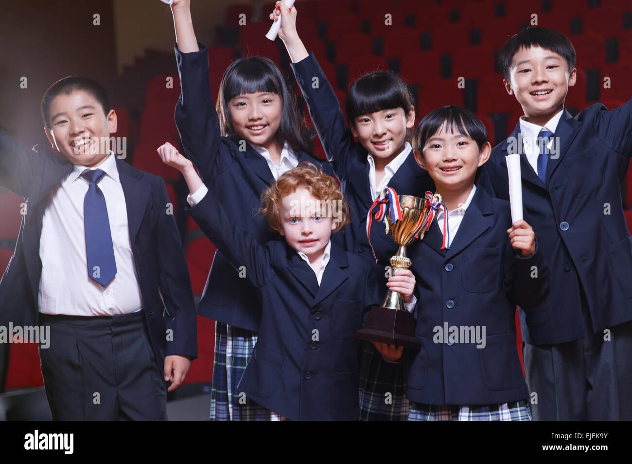 Pupilla emozionante con un premio in auditorium Immagini Stock