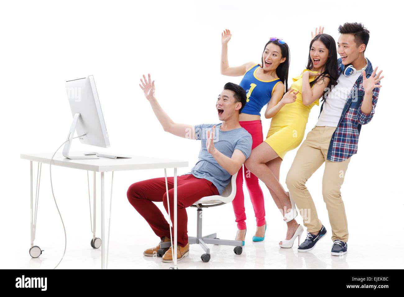 Emozionante giovani guardando i monitor dei computer Immagini Stock