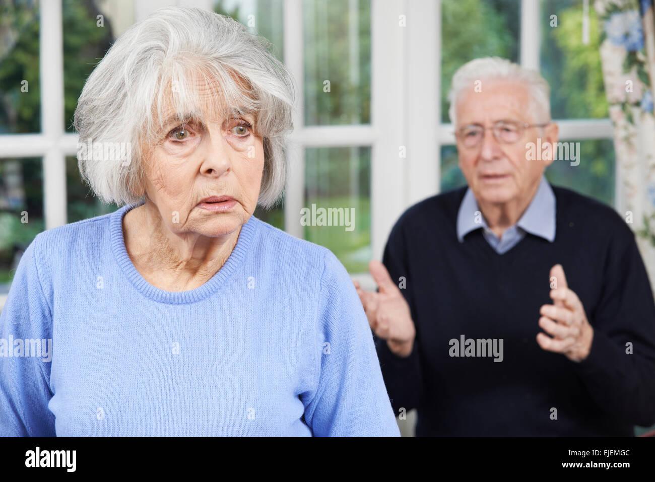Senior infelice giovane a casa insieme Immagini Stock