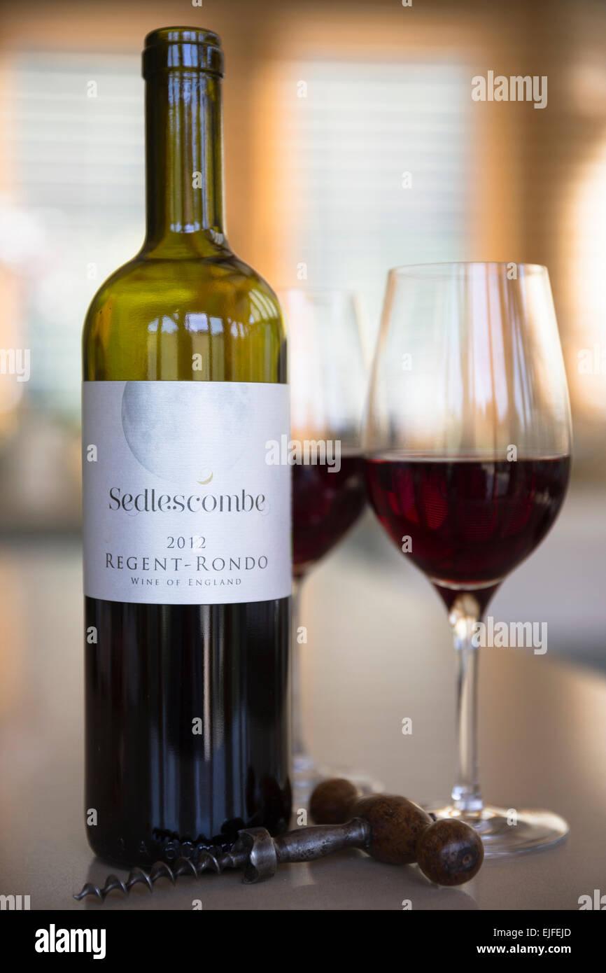Inglese Il Vino Nel Bicchiere E Un Cavatappi Una Bottiglia Di Vino