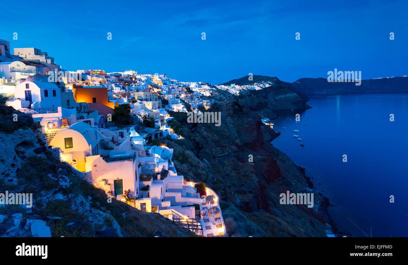 Thira (Fira) di notte, Santorini, Cicladi Grecia Foto Stock
