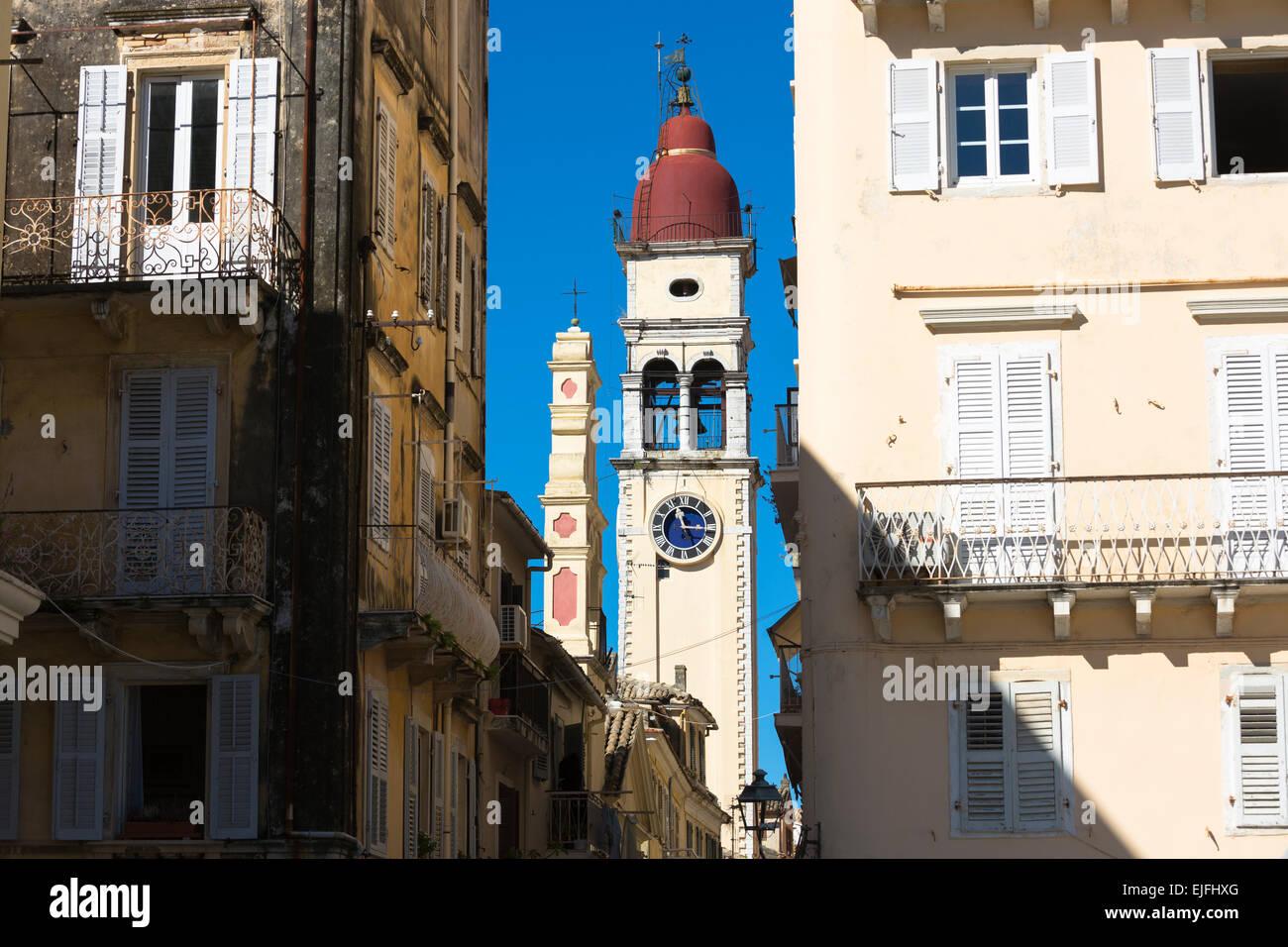 Scena di strada da Spianada e Chiesa di San Spiridione con orologio tradizionale campanile a Kerkyra, citta di Corfu, Immagini Stock