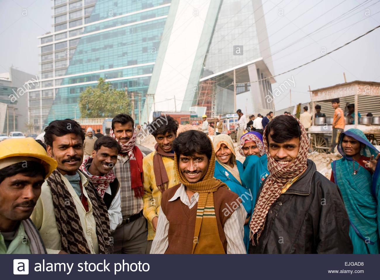 I lavoratori di fronte ad un edificio moderno, Gurgaon. Immagini Stock