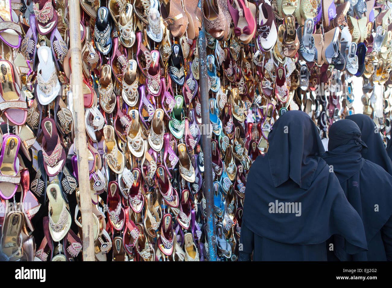 Le donne musulmane in un negozio di scarpe in Hyderabad Immagini Stock