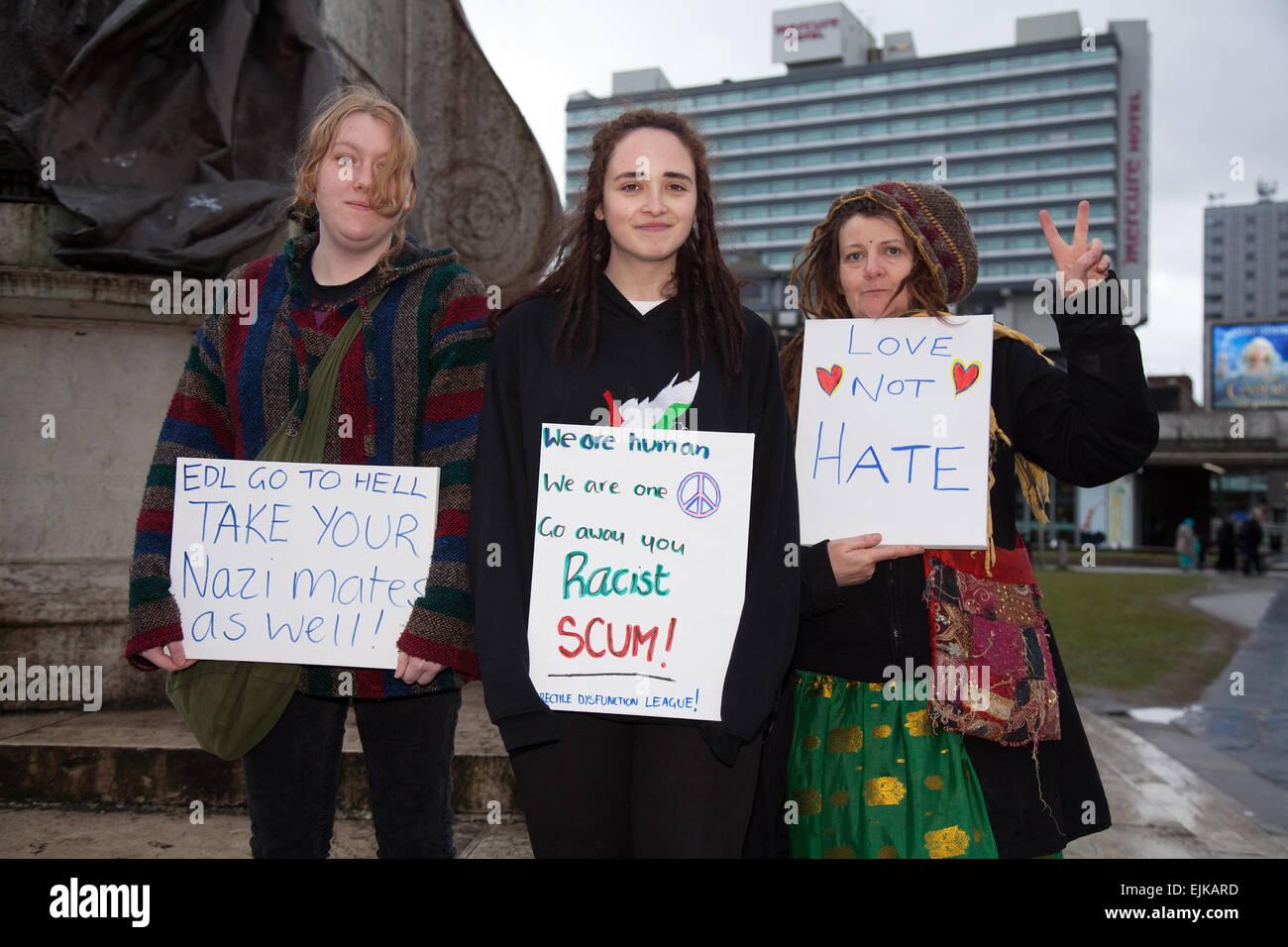 """Manchester, Regno Unito 28 marzo, 2015. """"L'amore non odio' """"razzista Scum' le carte detenute Immagini Stock"""
