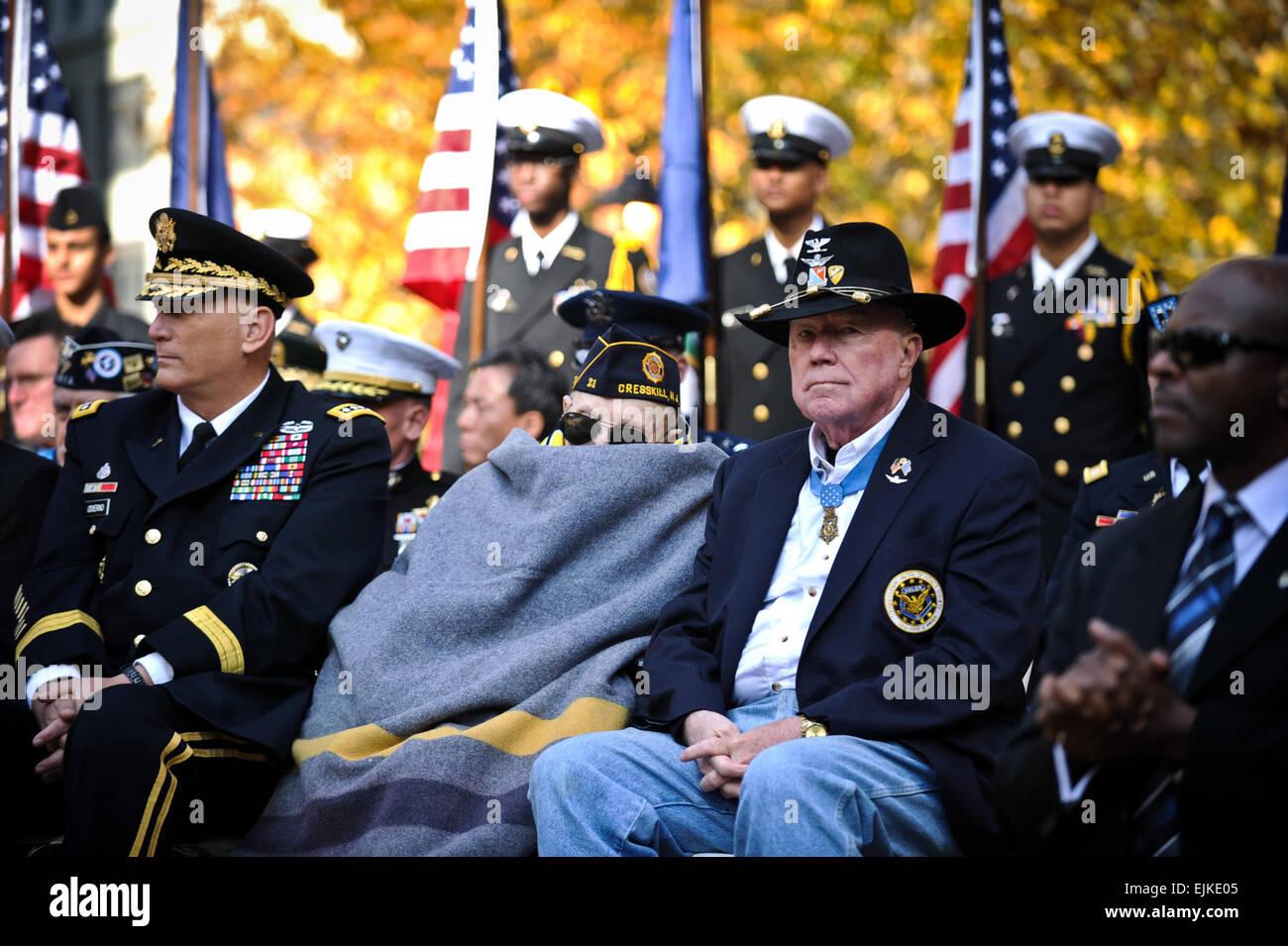 Esercito pensionato Col. Bruce P. Crandall, destra e Nicholas Oresko, centro, entrambi i destinatari della medaglia d'onore, assistere i veterani giorno attività a Madison Square Park di New York City e New York in onore dei veterani di guerra nov. 11, 2011. Oresko è la più antica Medal of Honor destinatario. Il personale Sgt. Teddy Wade Foto Stock
