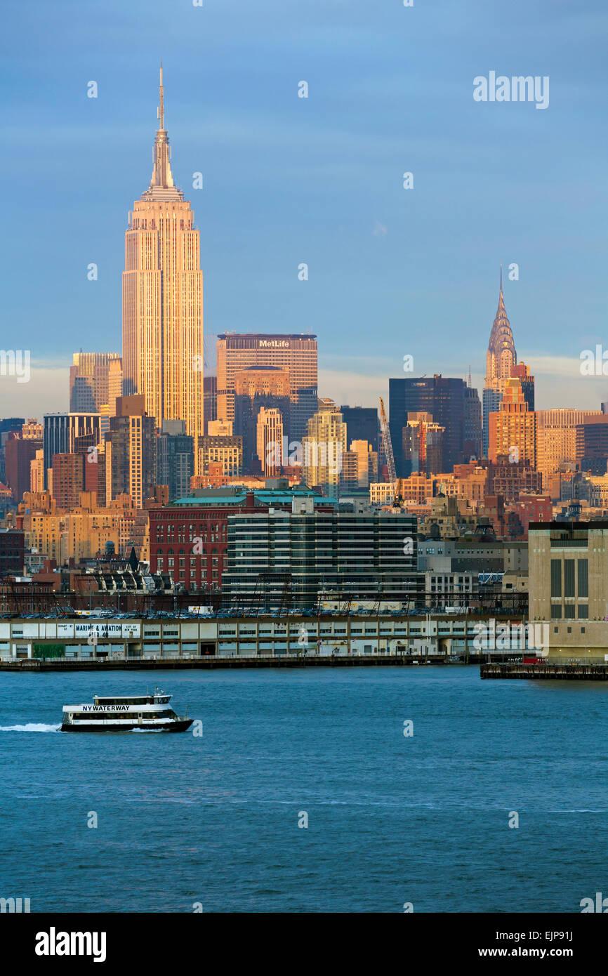 Empire State Building e Midtown Manhattan attraverso il fiume Hudson, New York, Stati Uniti d'America Immagini Stock