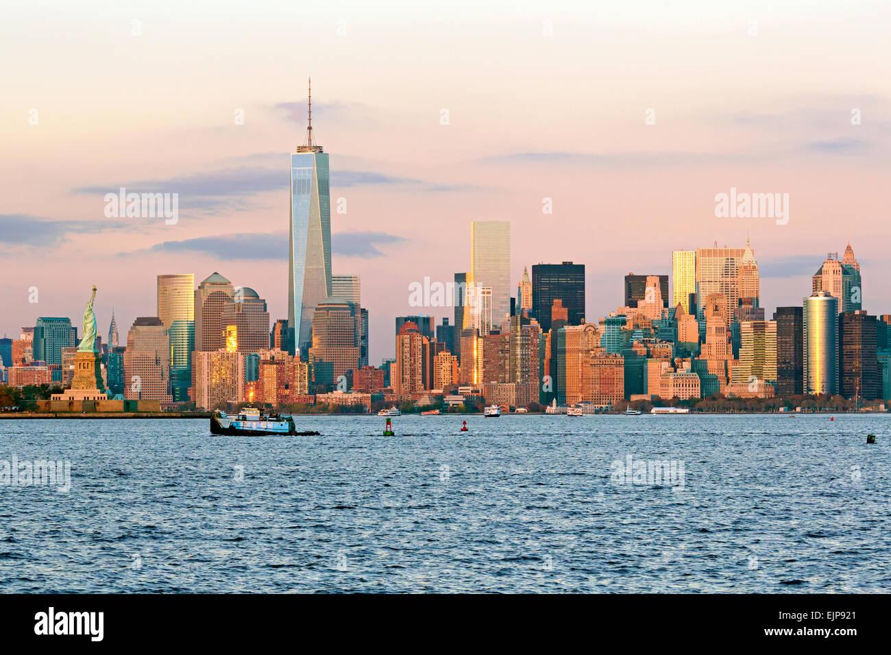 Statua della Libertà, One World Trade Center e il centro di Manhattan attraverso il fiume Hudson, New York, Immagini Stock