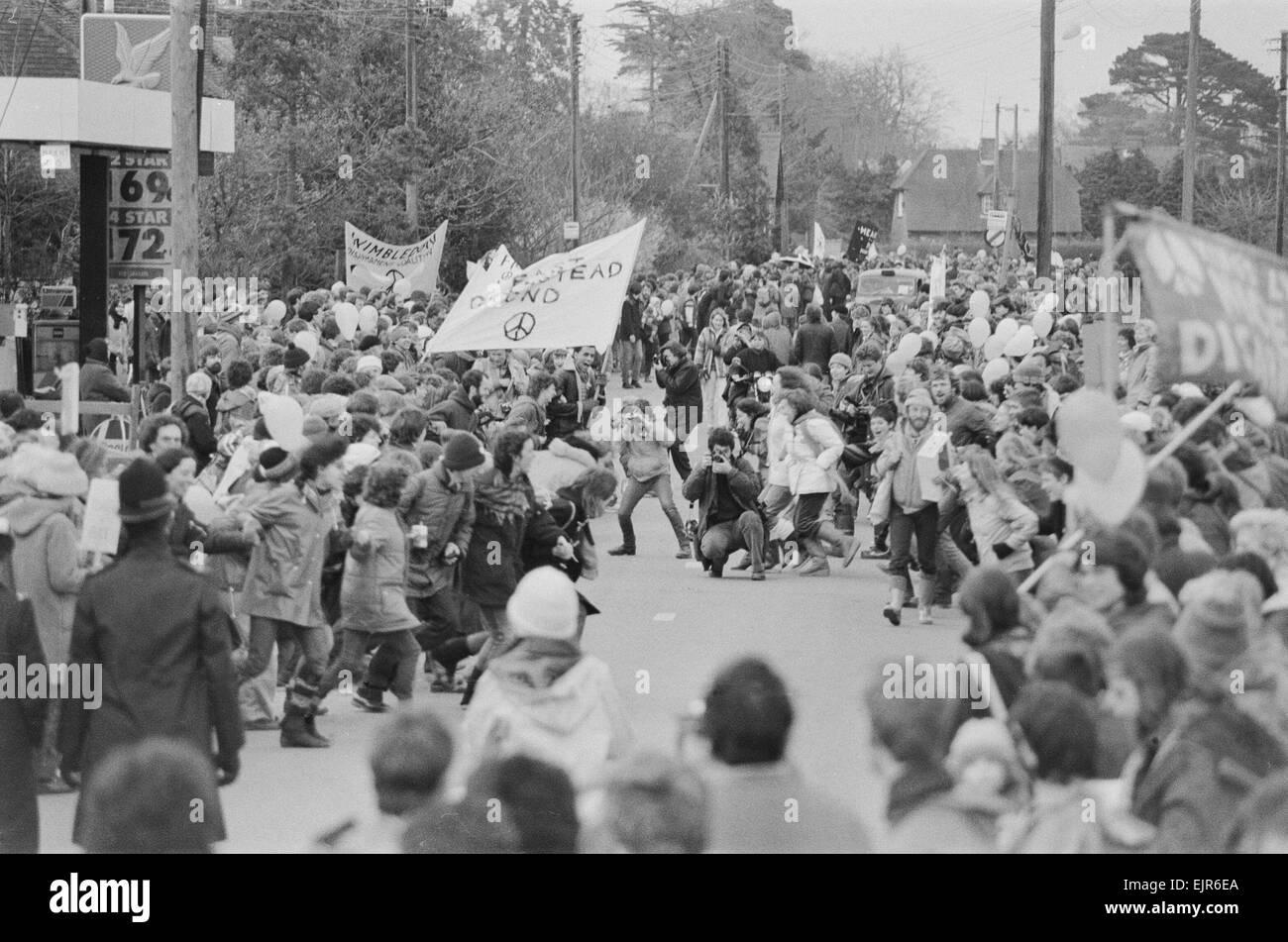 Campagna per il disarmo nucleare manifestanti radunati tra Greenham Common e Ashford Hill per dimostrare contro Immagini Stock