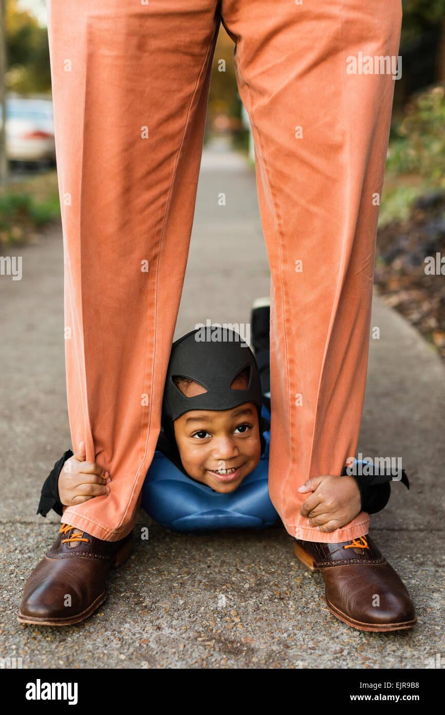African American boy trucco-o-trattare con padre su Halloween Foto Stock