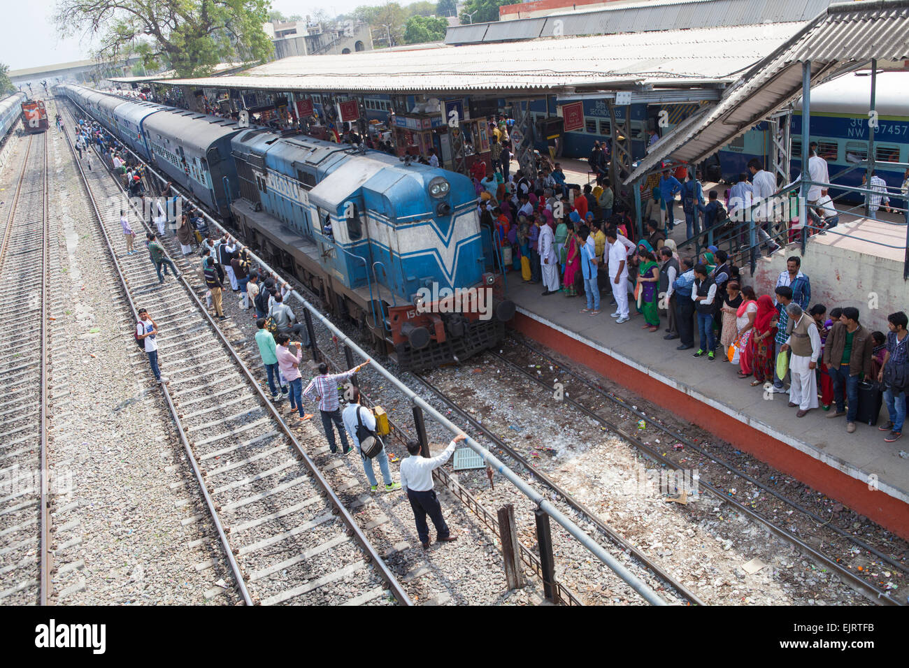Treni passeggeri presso la Stazione Ferroviaria di Rohtak Immagini Stock