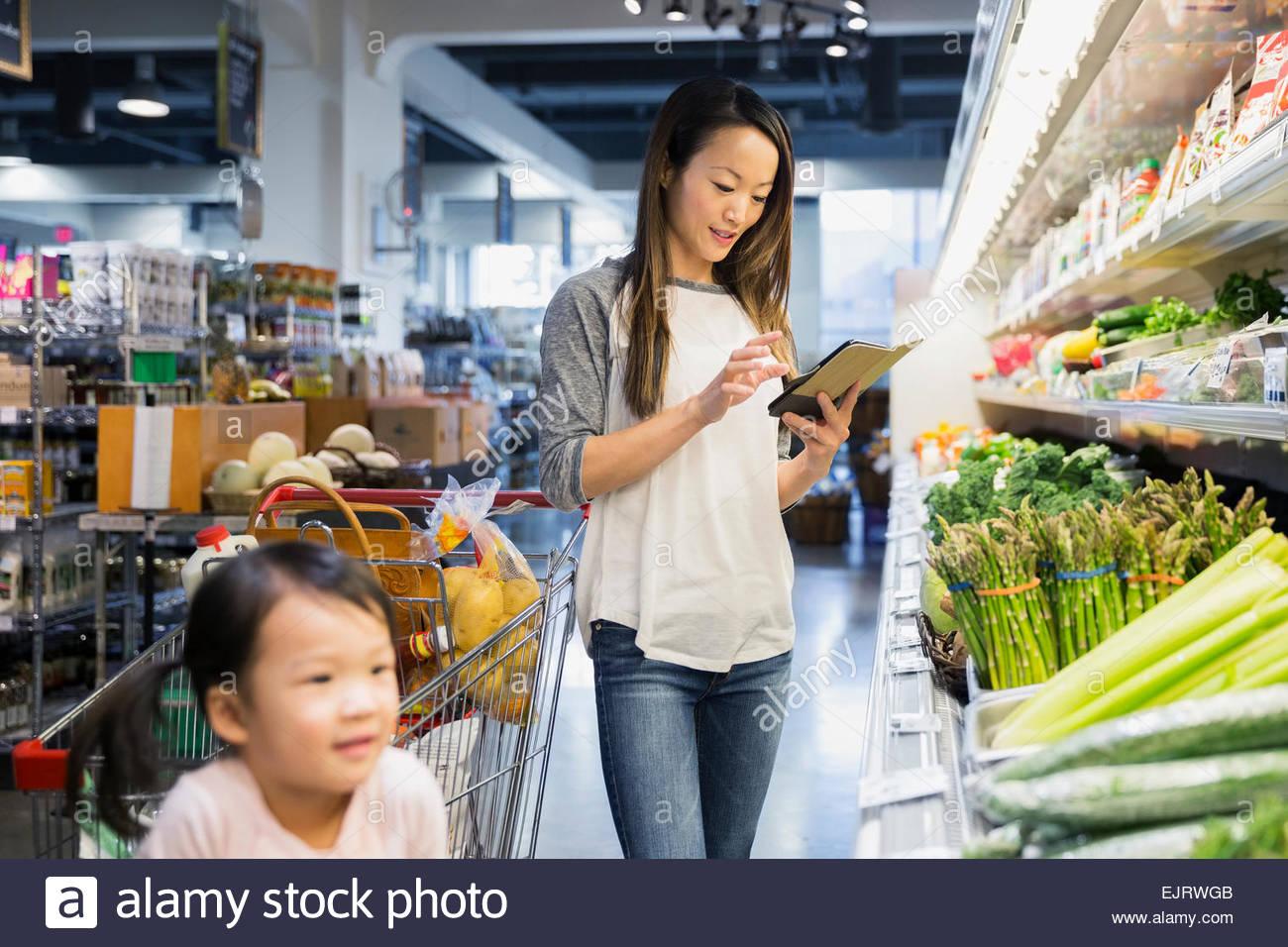 Madre e figlia shopping con tavoletta digitale Immagini Stock