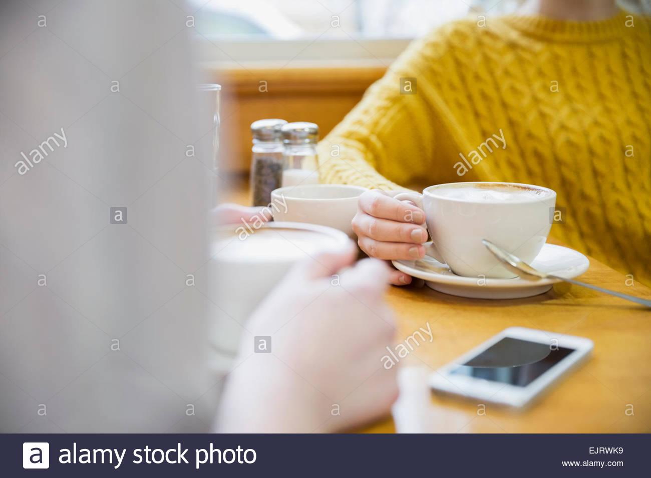 Le donne di bere il cappuccino in cafe Immagini Stock