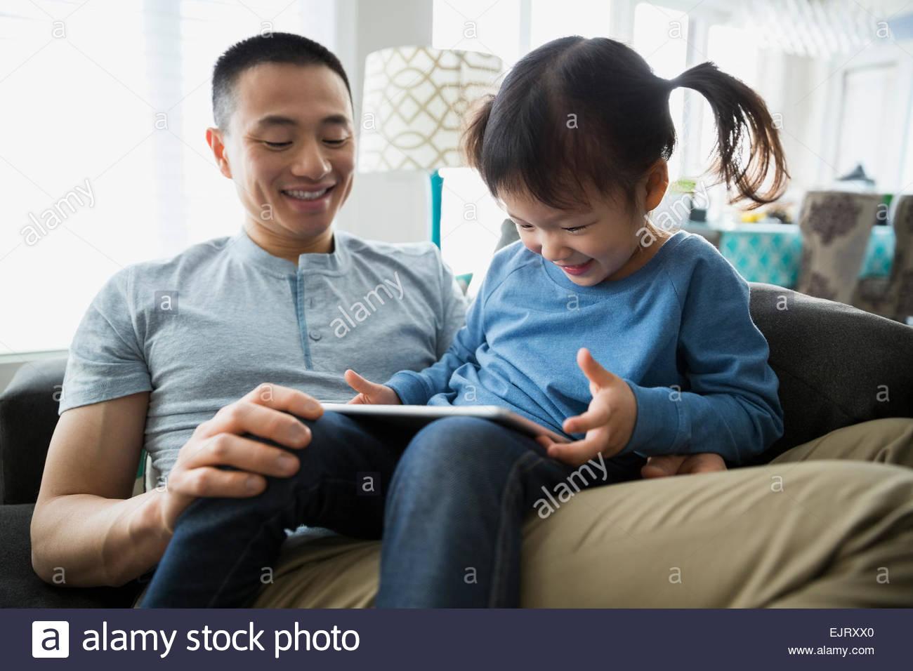 Padre e figlia con tavoletta digitale Immagini Stock