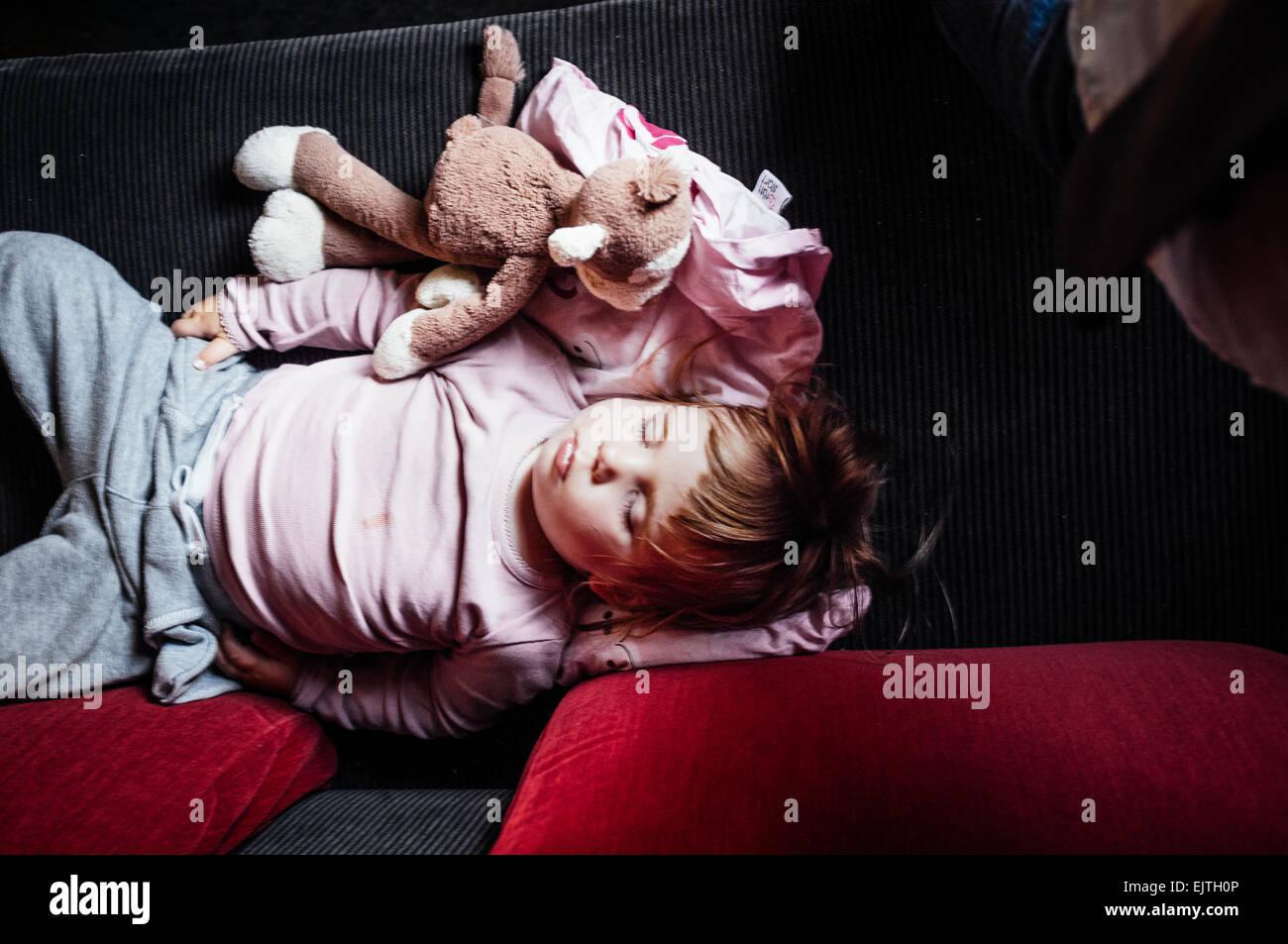 Angolo di alta vista del bambino dorme in treno Immagini Stock