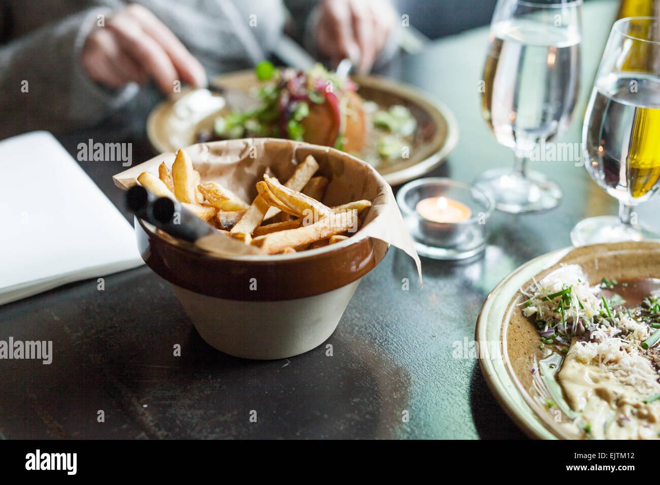 Il cibo e le bevande sono serviti al tavolo Immagini Stock