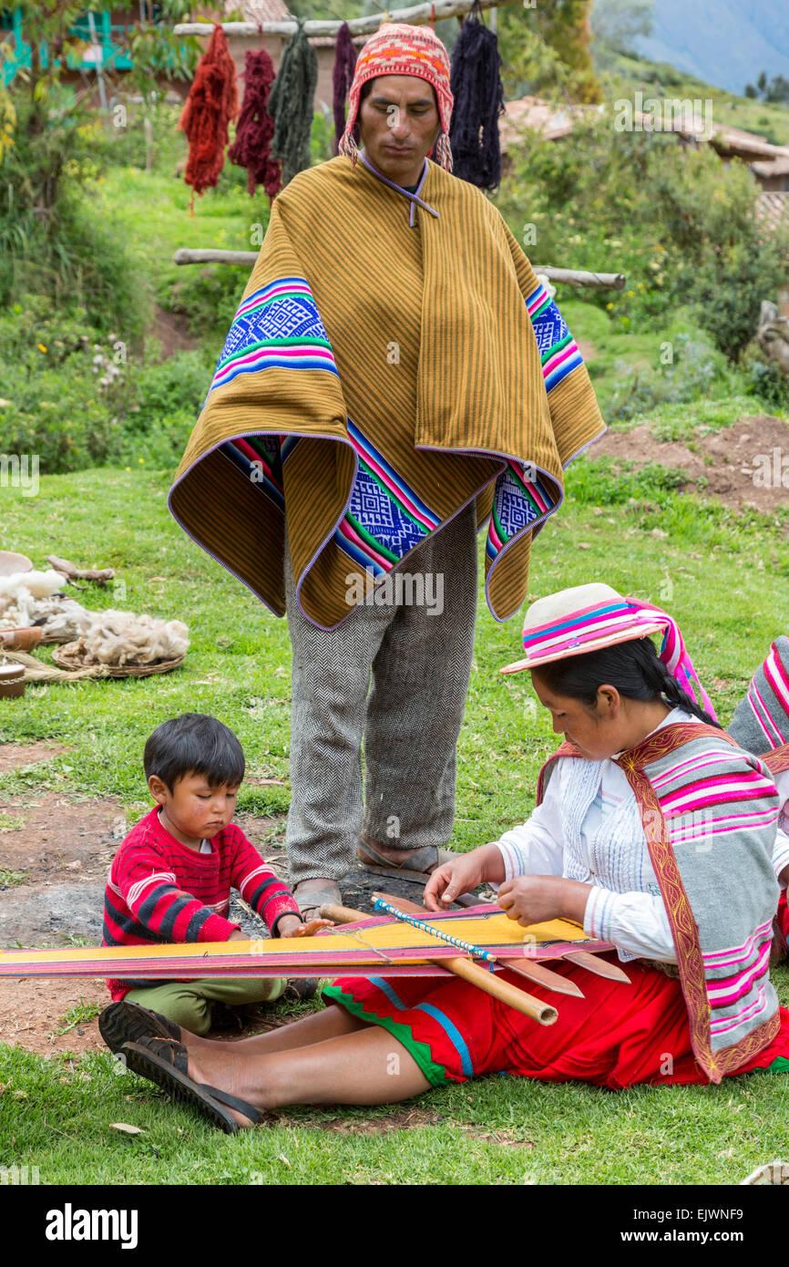 Il Perù, Valle di Urubamba, Quechua villaggio di Misminay. Padre, Madre e Figlio. Immagini Stock