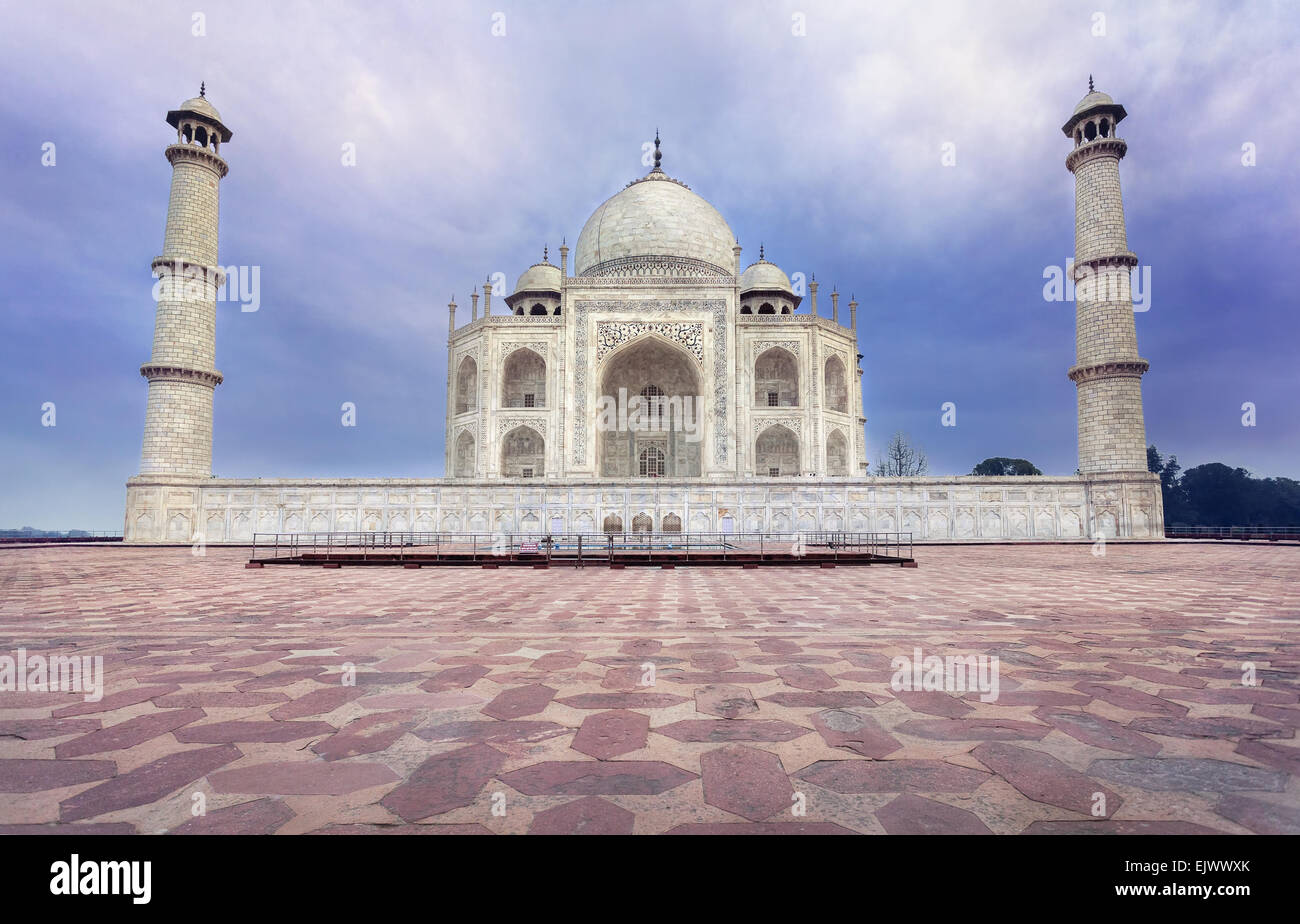 Taj Mahal tomba dal marmo bianco al blu cielo drammatico in Agra, Uttar Pradesh, India Immagini Stock