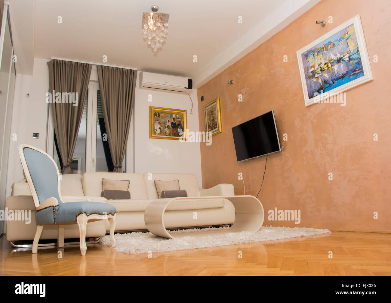 Bellissimo design per soggiorno interno con tutti i colori luminosi ...