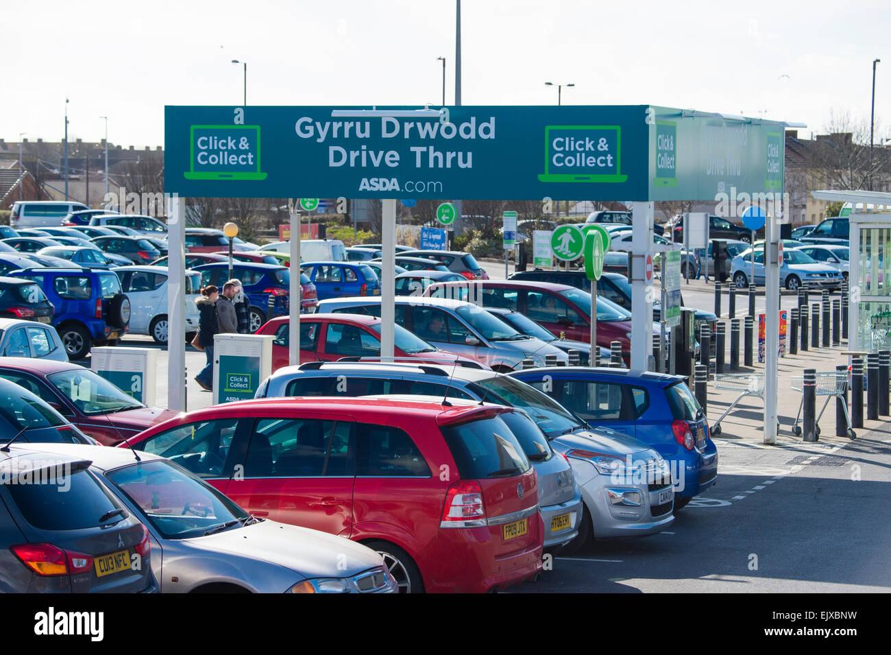 Welsh bilingue Lingua inglese digital signage sulla 'Drive Thru / Gyrru Drwodd' fare clic e raccogliere shop e guidare Foto Stock