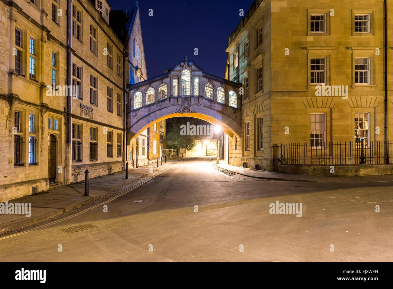 Hertford Bridge, noto anche come il Ponte dei Sospiri, visto qui di notte. Hertford è uno dei collegi di Oxford Immagini Stock