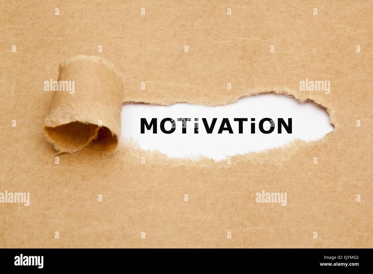 La parola la motivazione che appare dietro strappato carta marrone. Immagini Stock