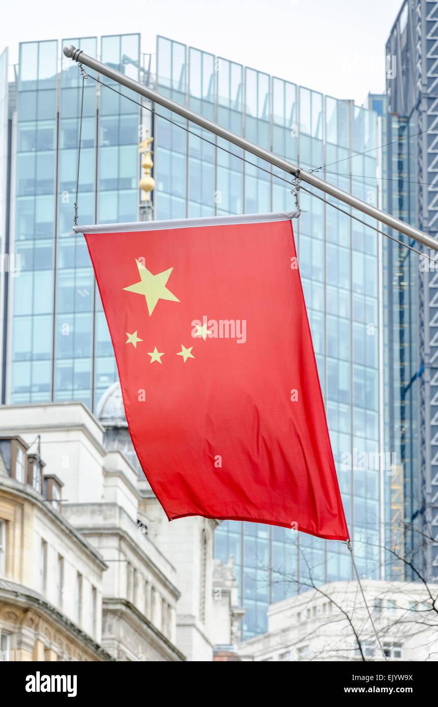 Bandiera cinese / Bandiera della Cina al di fuori della Banca di Cina a Londra, Regno Unito Immagini Stock