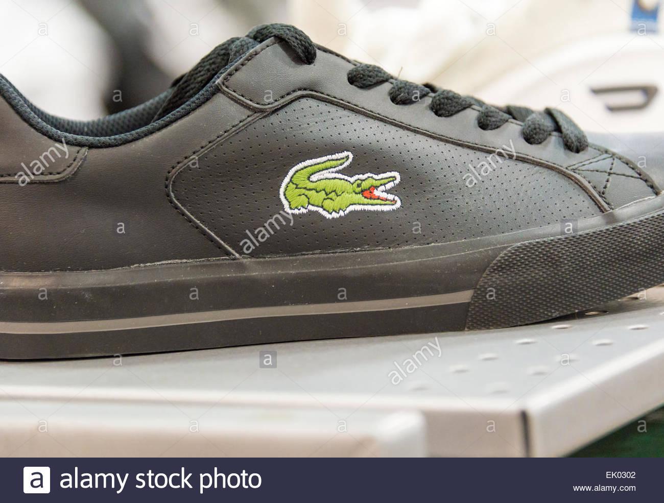 Lacoste scarpa in uno scaffale di un negozio; Lacoste è un