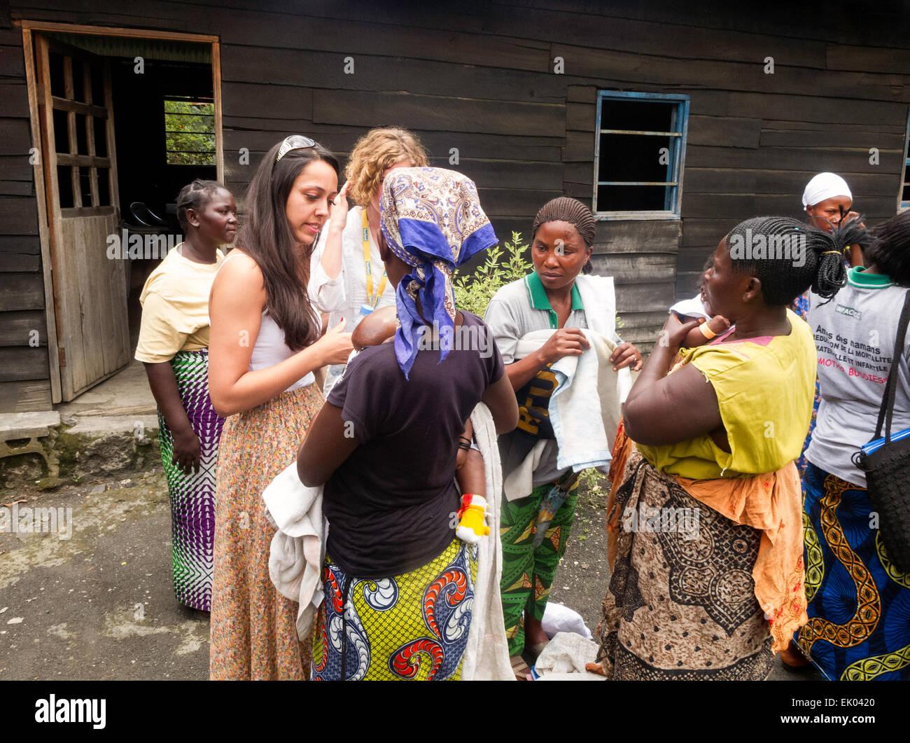 Western aiuto alla salute dei lavoratori aiutando le famiglie locali presso una clinica, Goma, nel Kivu, nella Repubblica Foto Stock