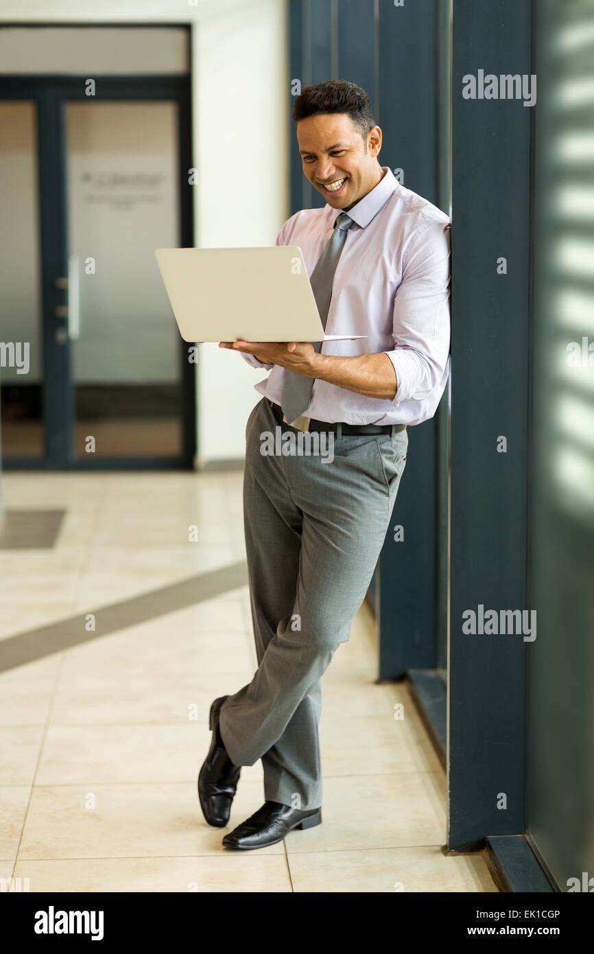 Moderno business man utilizzando il computer portatile in ufficio Immagini Stock