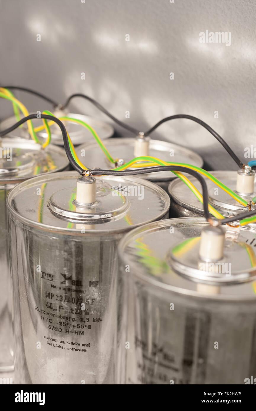 Pericoloso mostro condensatori di dimensioni cablati in parallelo con pesanti gage store filo abbastanza alta tensione Immagini Stock