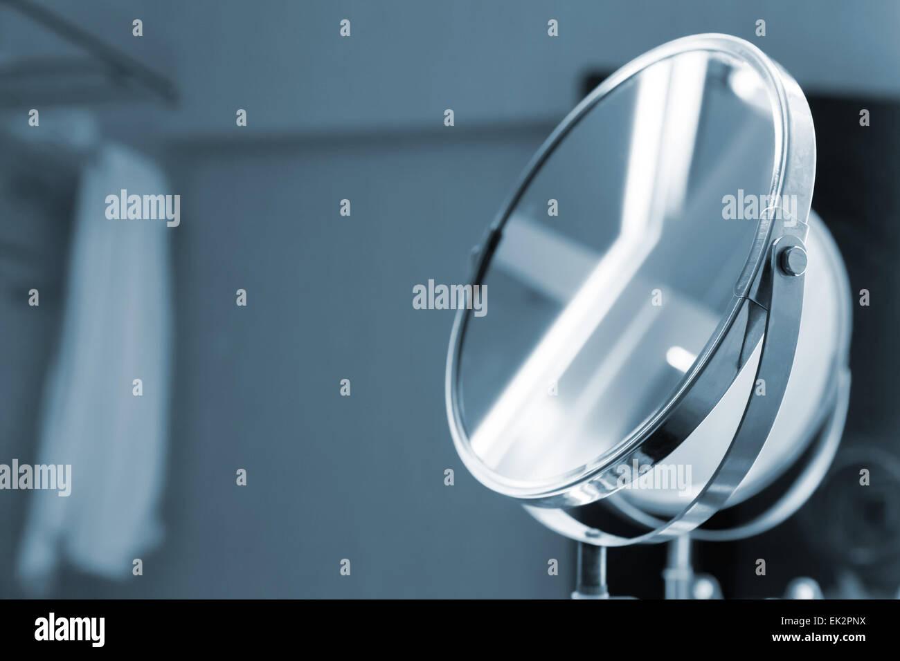 Round specchio bagno con illuminazione nei toni del blu foto in
