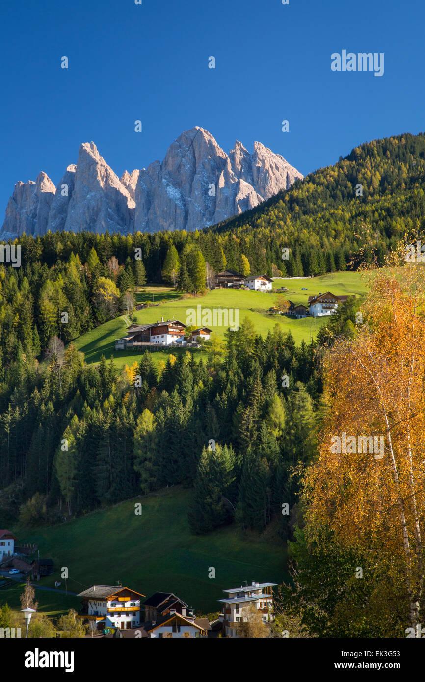 Vista del Geisler Spitzen e Dolomite Mountains da San Pietro in Val di Funes, Trentino-Alto Adige, Italia Immagini Stock