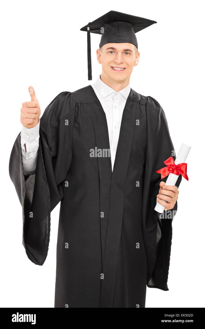 Fieri giovani college graduate in un abito di laurea in possesso di un  diploma e dando un pollice in alto isolato su sfondo bianco a944fa6326ce