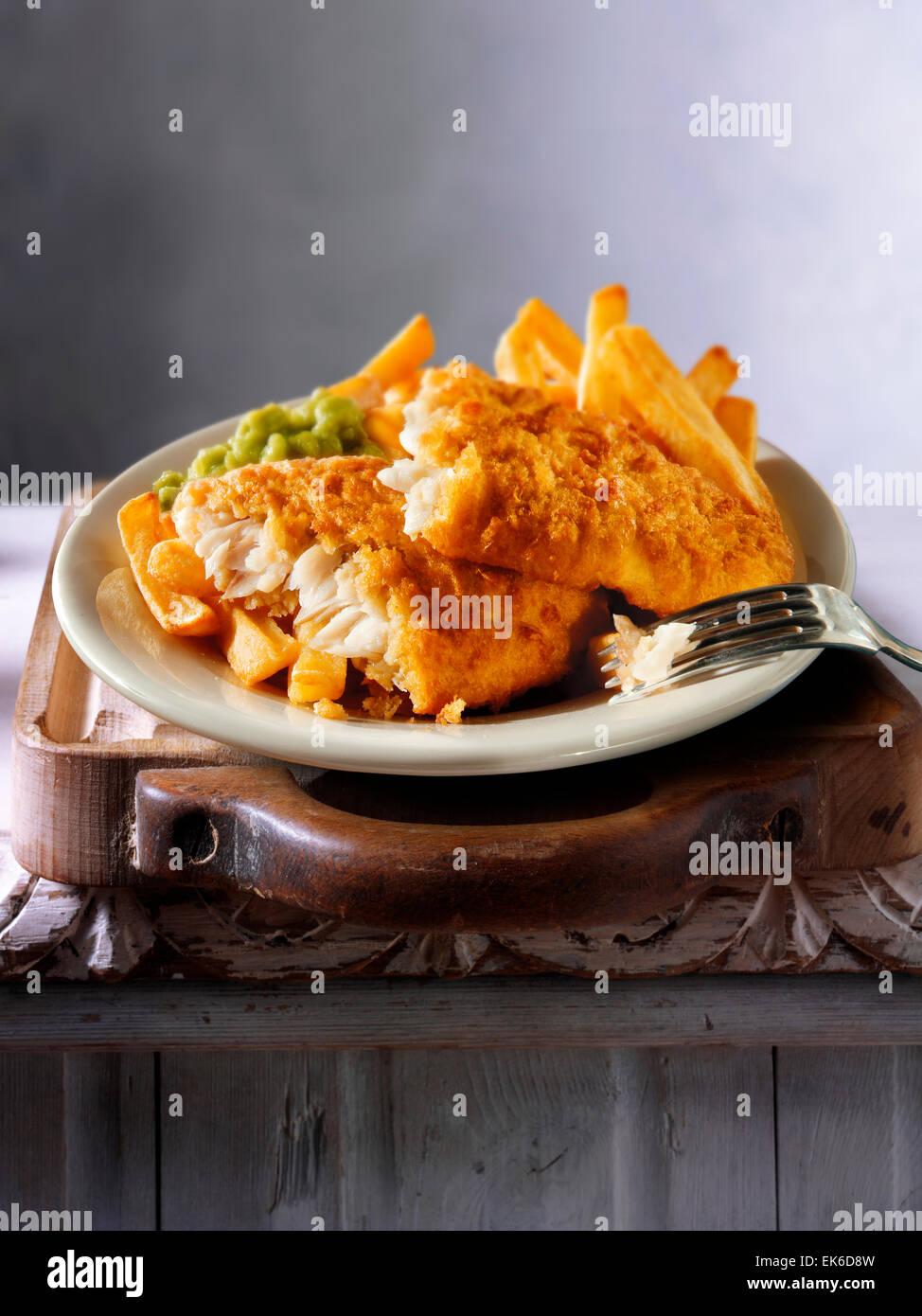 Tradizionale britannica martoriata pesce e patatine fritte Immagini Stock