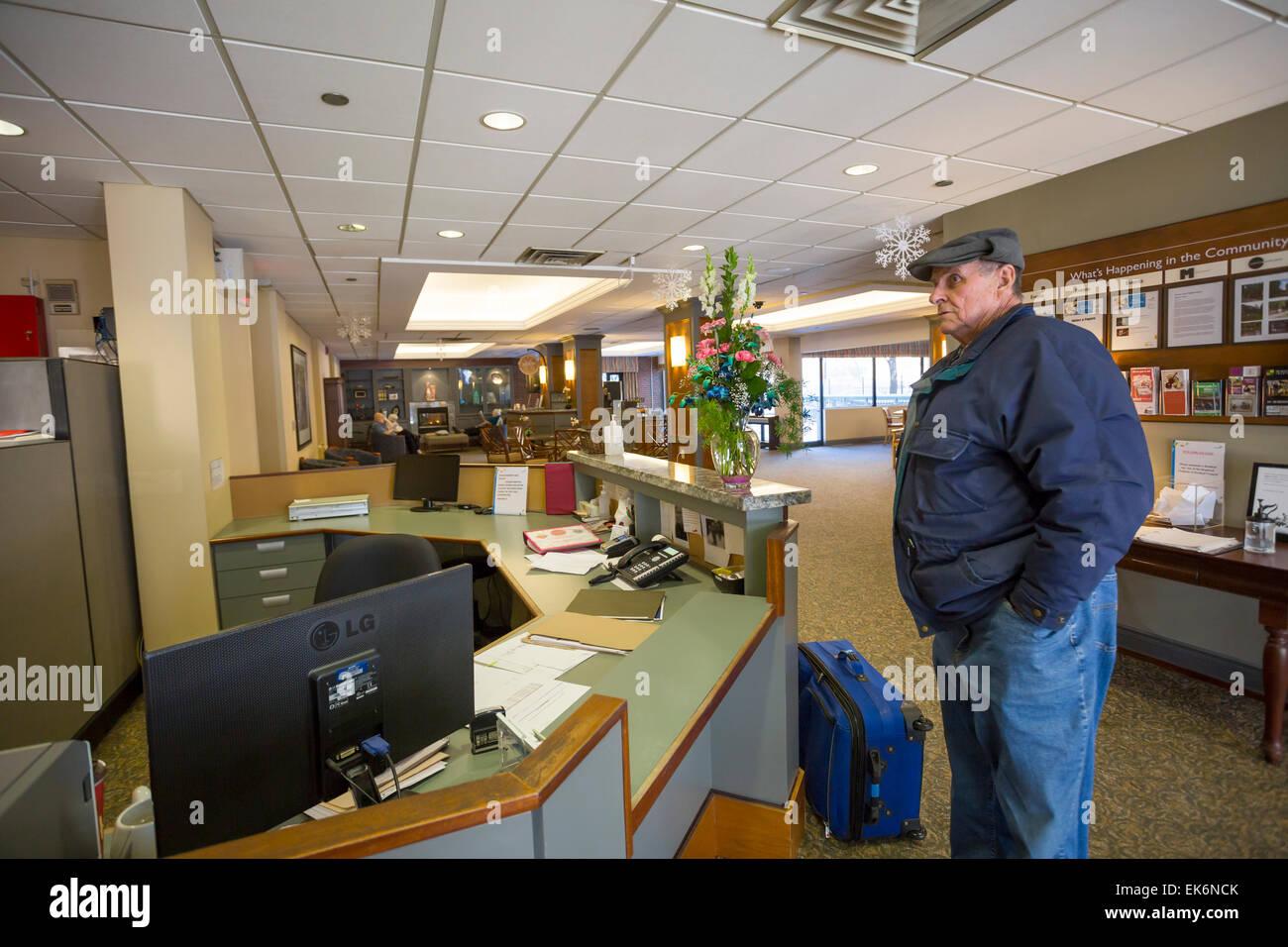 Senior Citizen controllo in anziani home Foto Stock