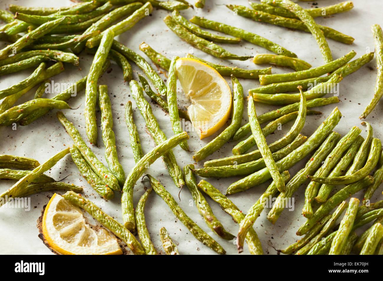 In casa saltata di fagioli verdi con limone e aglio Immagini Stock