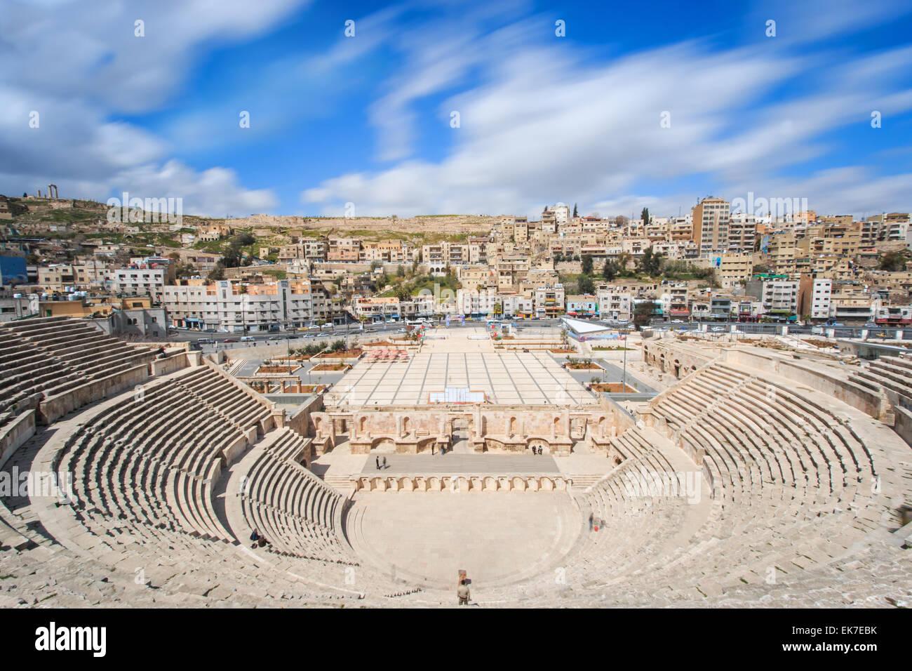 Amman, Giordania - Marzo 22,2015: turisti nell'anfiteatro romano di Amman in Giordania Immagini Stock