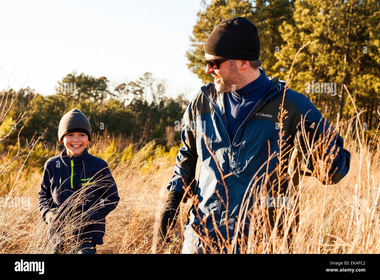 Padre e figlio escursionismo nel campo Foto Stock