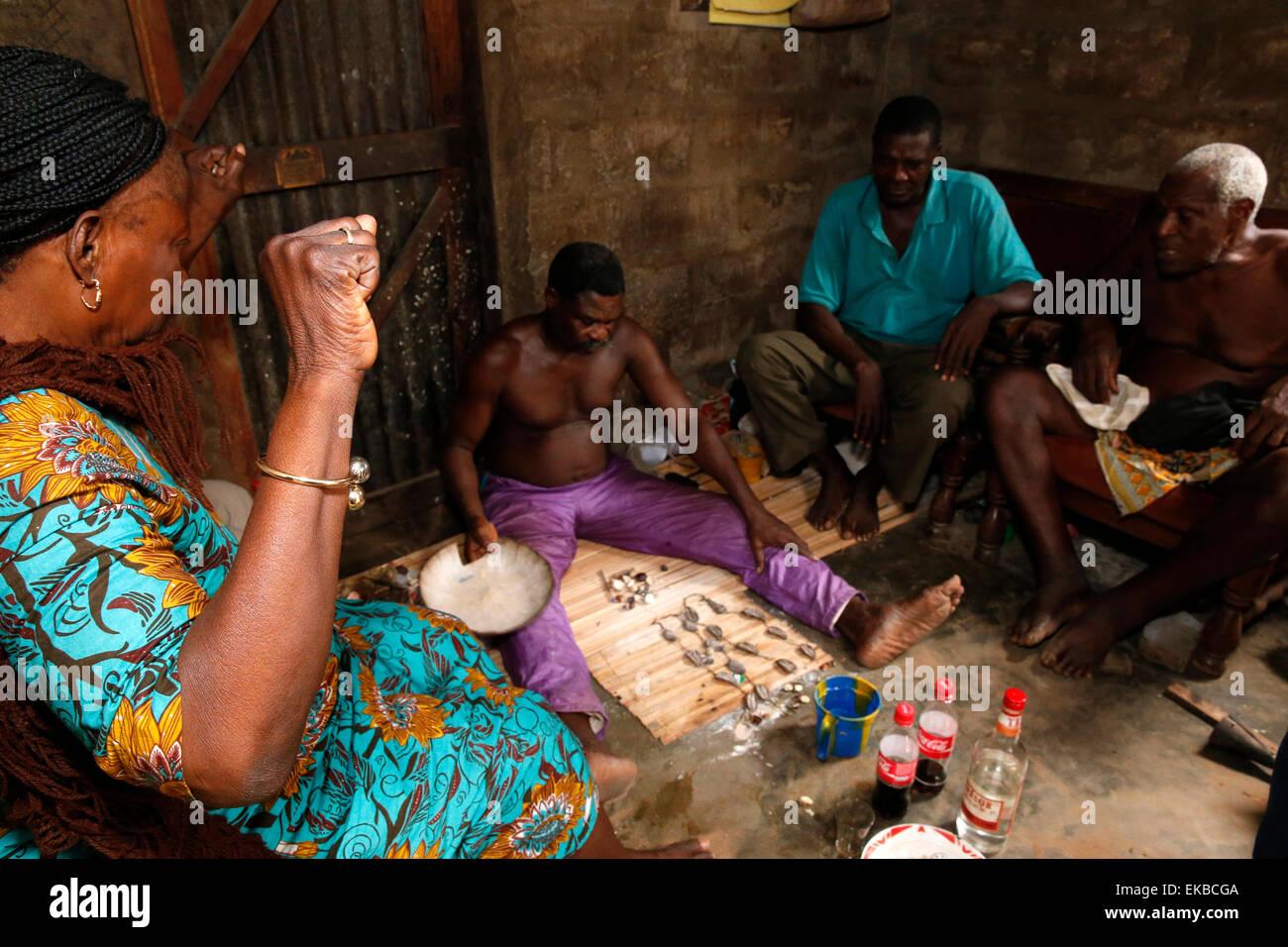 Fortune dicendo in un Fa a Ouidah, Benin, Africa occidentale, Africa Immagini Stock
