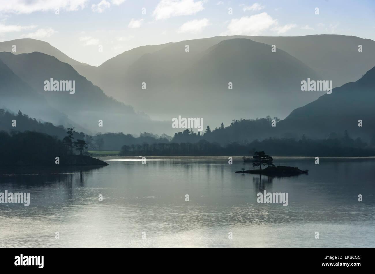 La piccola isola, Capo del Lago in novembre, Lake Ullswater, District National Park, Cumbria, England, Regno Unito, Europa Foto Stock