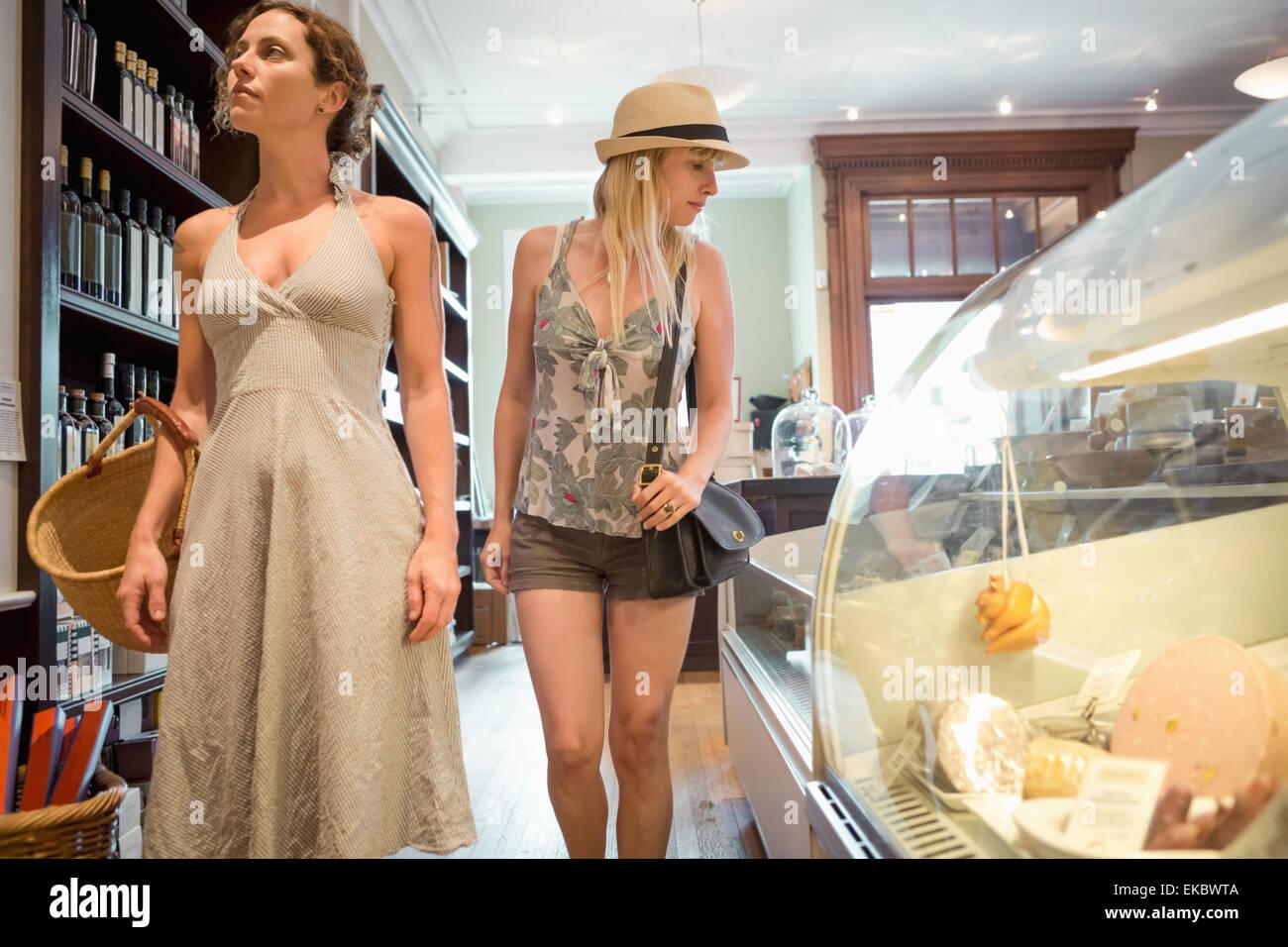 Due donne navigando in organico negozio di generi alimentari Immagini Stock