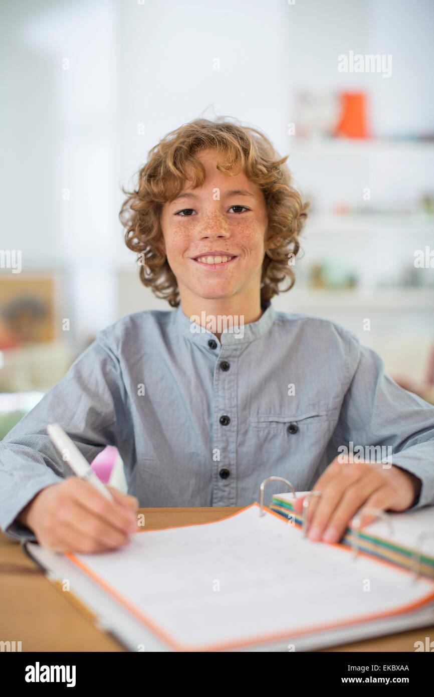 Ragazzo adolescente di studiare e di scrivere note Immagini Stock