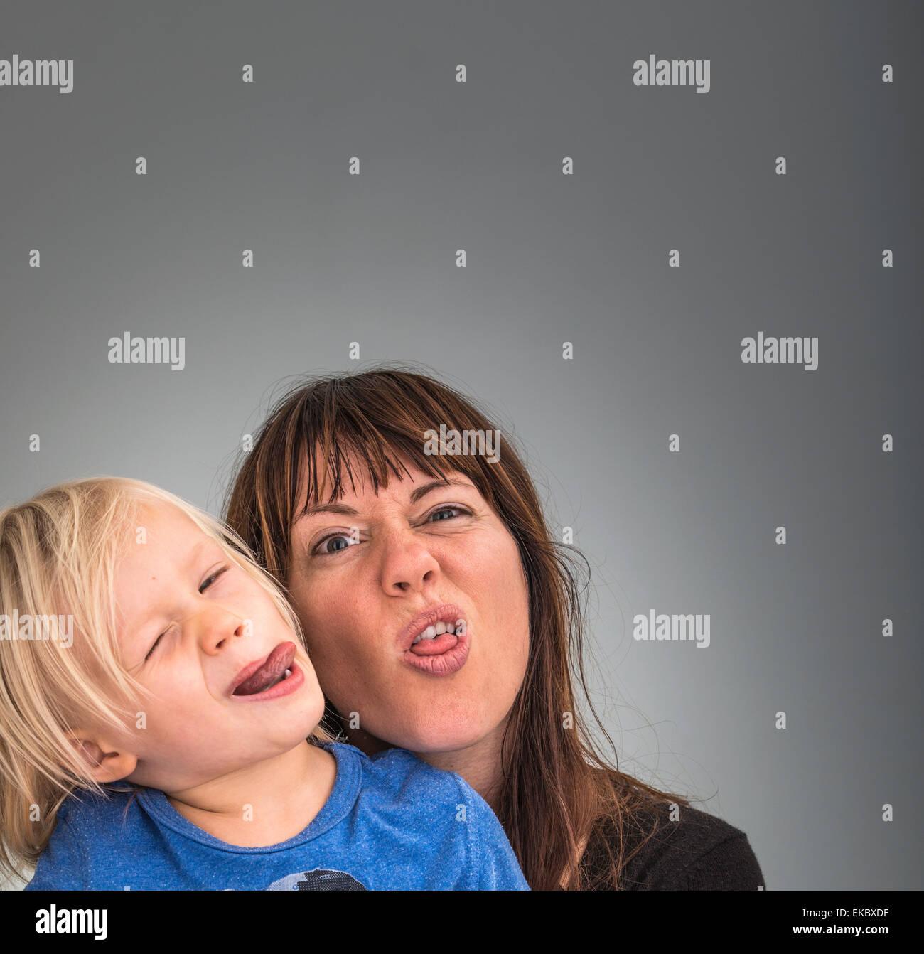Ritratto di madre e figlio, tirando le facce Immagini Stock