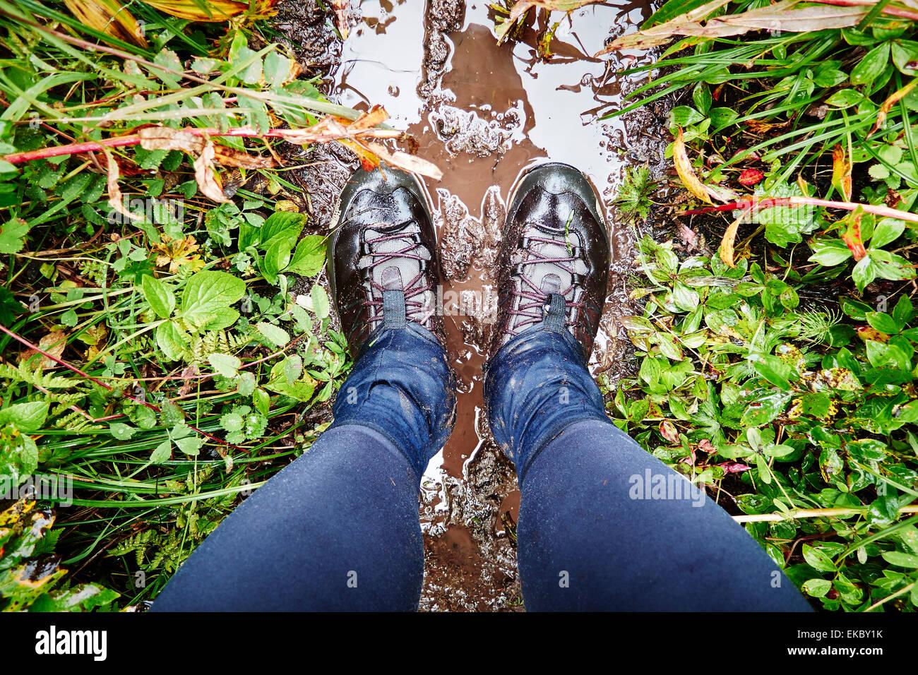 Scarpe da trekking sul sentiero fangoso, Palmer, Alaska, STATI UNITI D'AMERICA Immagini Stock