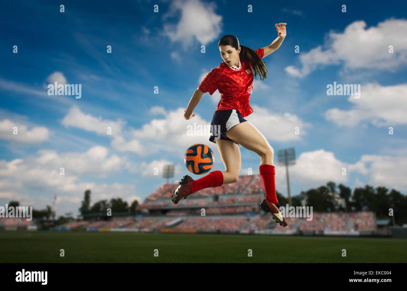 Il calciatore cercando il tallone posteriore Immagini Stock