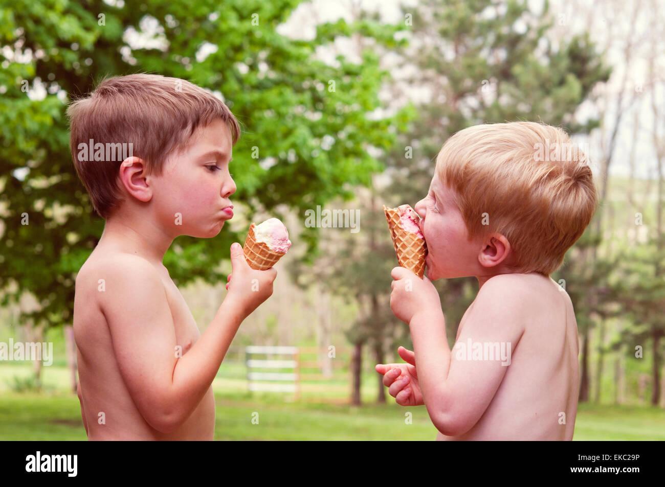 Due ragazzi di mangiare il gelato Immagini Stock