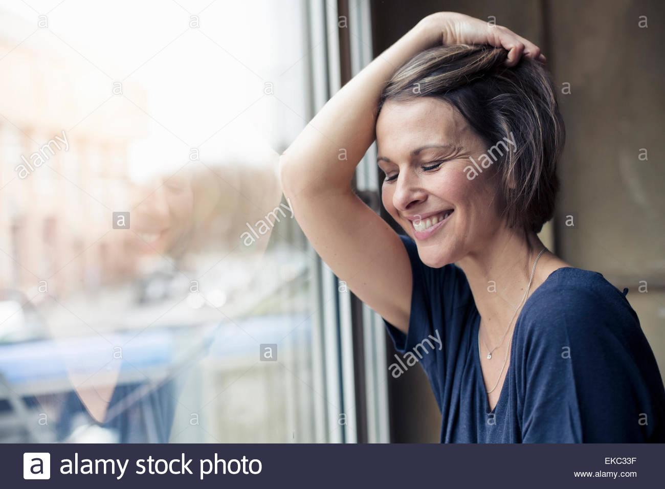Donna che guarda comodo a casa Immagini Stock