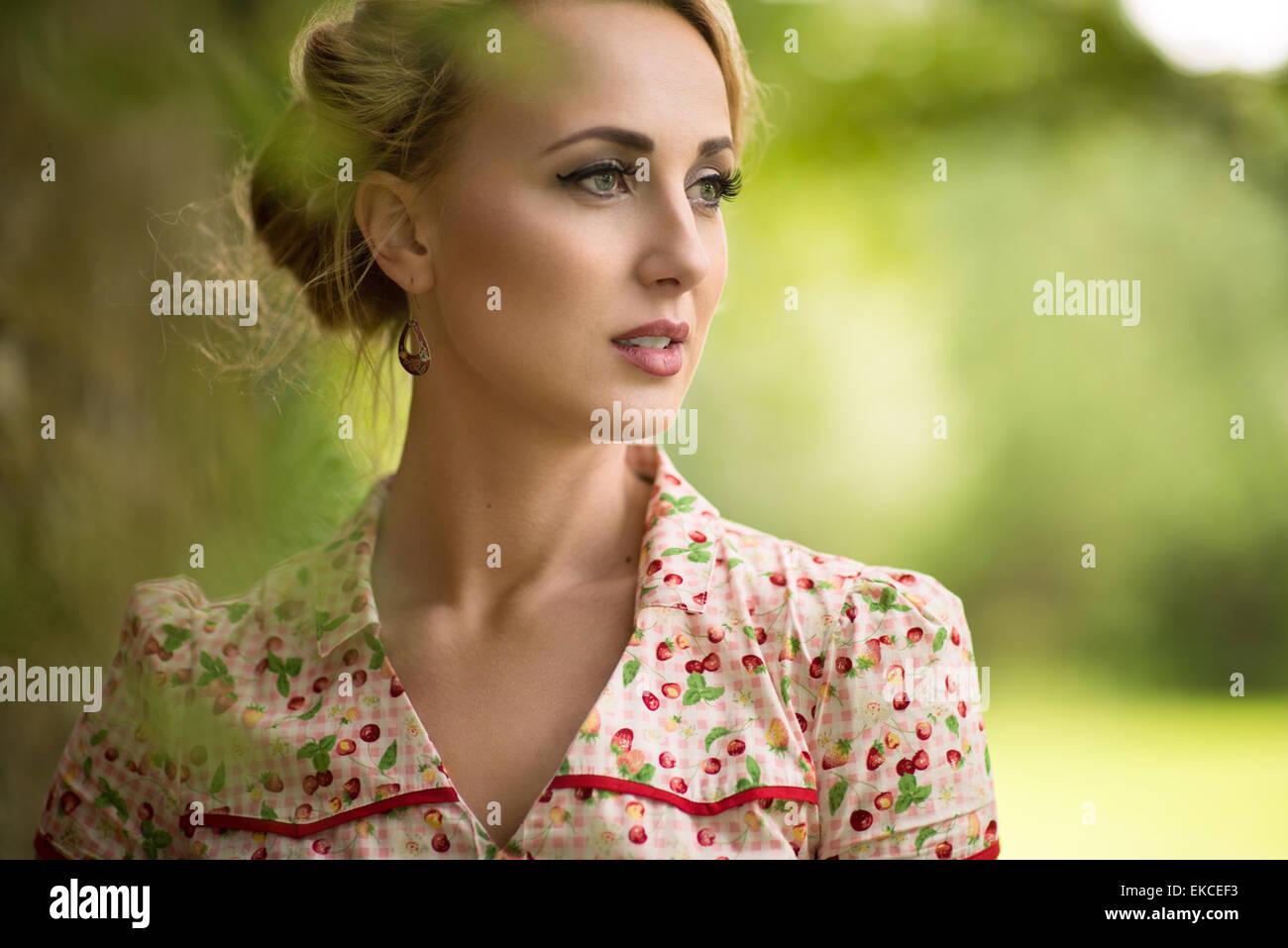Ritratto di una giovane donna che guarda lontano Immagini Stock