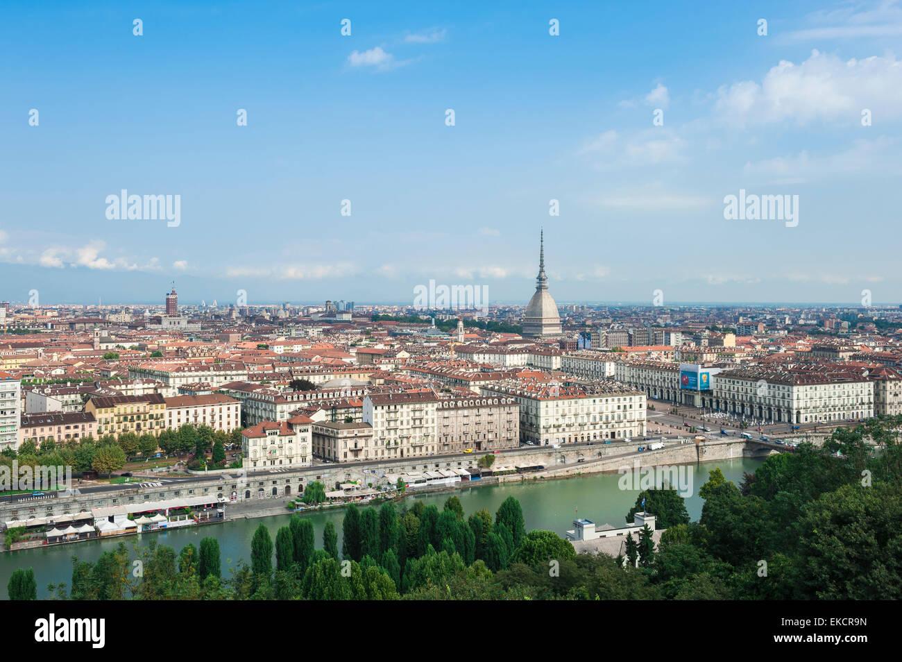 Torino cityscape, vista aerea del centro di Torino (Torino) che mostra la Mole Antonelliana tower e l'argine del fiume Po, Piemonte, Italia. Foto Stock